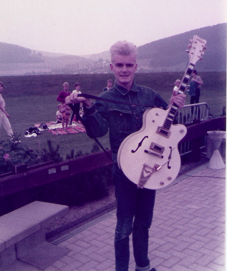 Billy Duffy shows of his prized Gretsch White Falcon in 1984