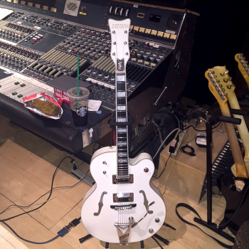 GRETSCH G7593T BILLY DUFFY FALCON in the studio