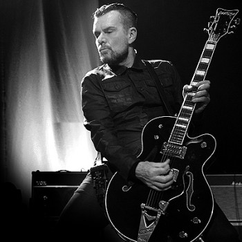 Billy Duffy live with his Gretsch Black Falcon